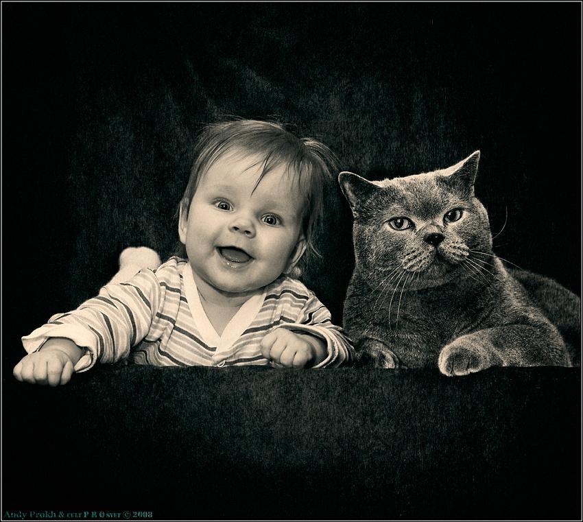 Los gatos y los bebés pueden convivir perfectamente y disfrutar el uno del otro | Foto: jane-art.deviantart.com/
